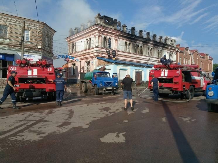 У Бобринці шість годин гасили пожежу у великому магазині на місцевому ринку