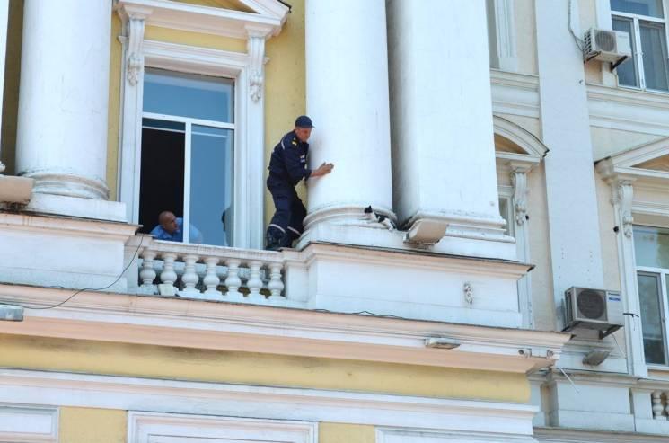 """З будівлі управління """"Одеської залізниці"""" врятували перелякане кошеня (ФОТО)"""