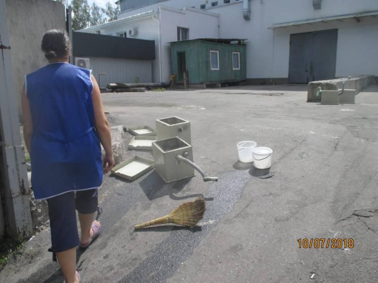 Працівники вінницького супермаркету безсоромно виливають нечистоти в зливову каналізацію (ФОТО)