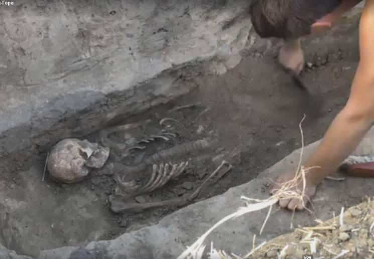 """На Запоріжжі археологи розкопали поховання середньовічного """"сек'юріті"""" (ВІДЕО)"""