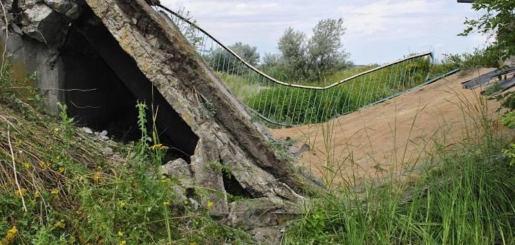 Біля столиці Західного Донбасу під фурою обвалився міст (ФОТО)