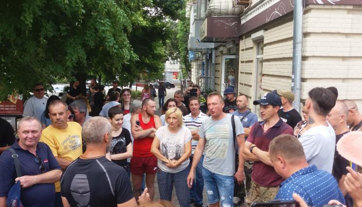У центрі Кропивницького активісти бунтують проти будівництва МАФу на клумбі