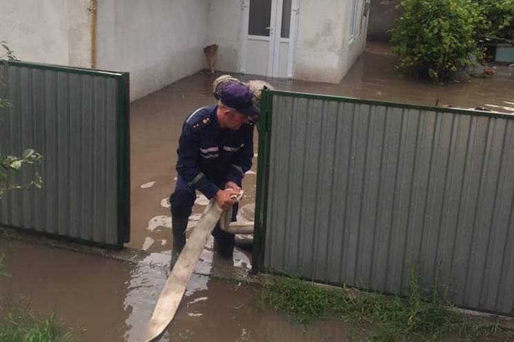Майже півтисячі кубометрів дощової води відкачали рятувальники з господарств у Дунаївцях
