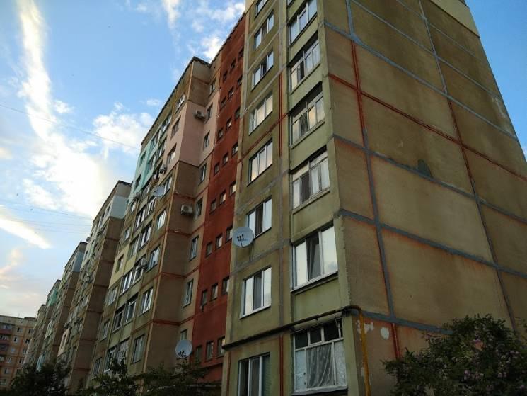 У Горішніх Плавнях з вікна восьмого поверху випала 75-річна жінка