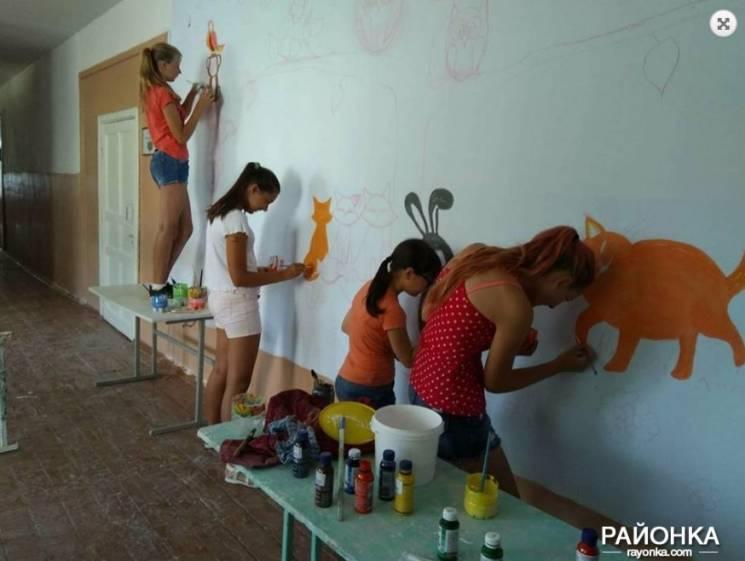 На Запоріжжі школярі розмалювали стіни старої школи казковими сюжетами (ФОТО)