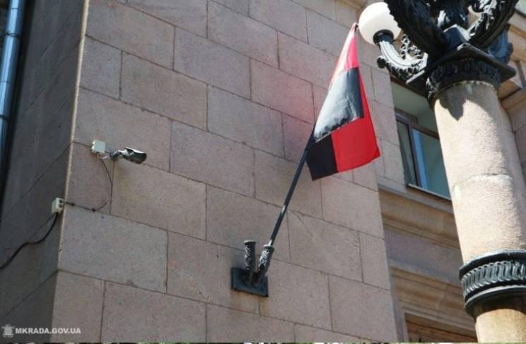 З будівлі Миколаївської міськради зняли встановлені червоно-чорні прапори (ФОТО)