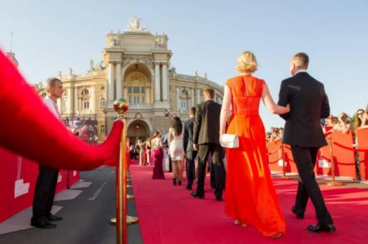 Червона доріжка ОМКФ: Гості збираються на церемонію відкриття кінофесту (НАЖИВО)