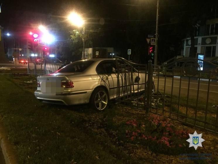 У центрі Харкова іномарка розбилася об паркан: Постраждало двоє людей (ФОТО)