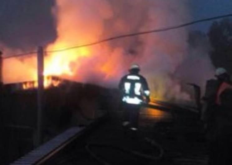 Вночі в Кривому Розі під одним дахом згоріли кафе, ломбард і магазин (ФОТО)
