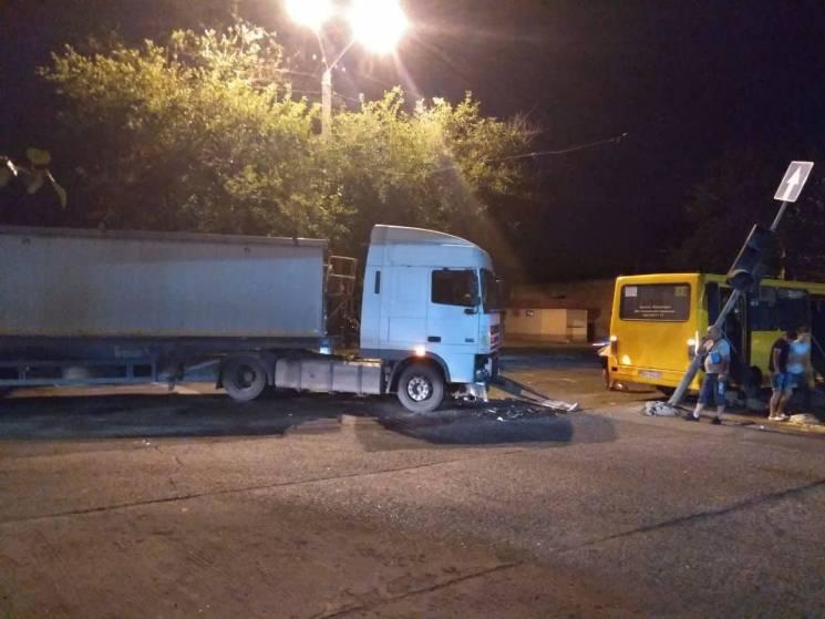 На Пересипу вантажівка зіштовхнулася з маршруткою (ФОТО)