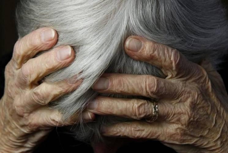 На Хмельниччині соцпрацівник споювала стареньку підопічну