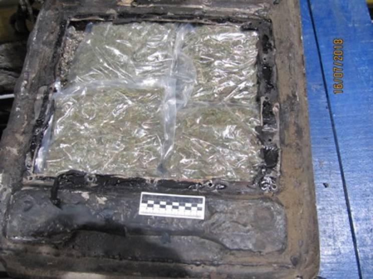 На кордоні з Росією в авто знайшли 14 кіло марихуани та гашишу (ФОТО)