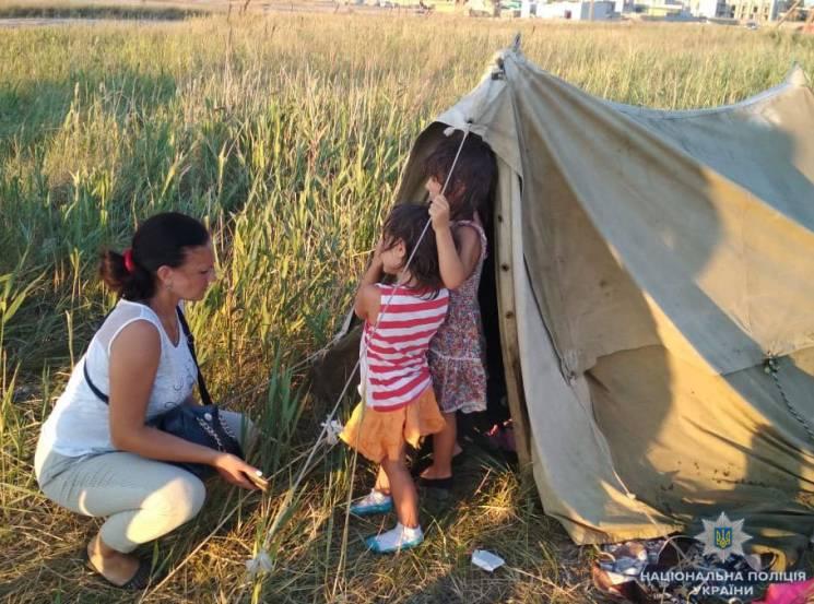 На Херсонщині батьки кинули на березі моря п'ятимісячну дитину. Щоб спала, поїли алкоголем (ФОТО)