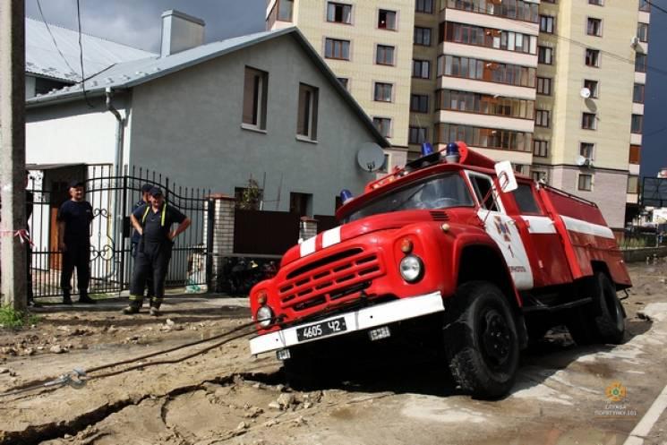 Рятувальники Тернополя по дорозі на виклик самі провалилися (ФОТО)