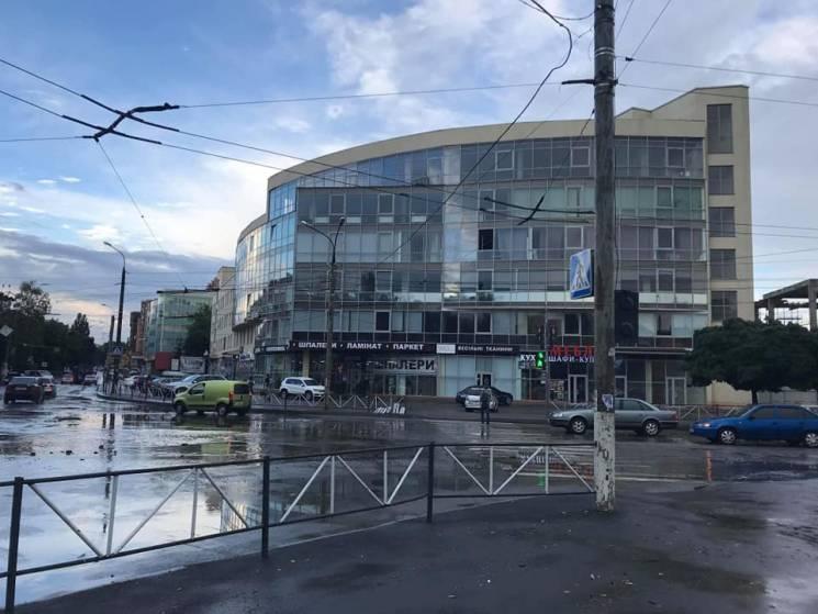 Як гриби після дощу: У Хмельницькому злива змила з машин чимало номерних знаків (ФОТО)