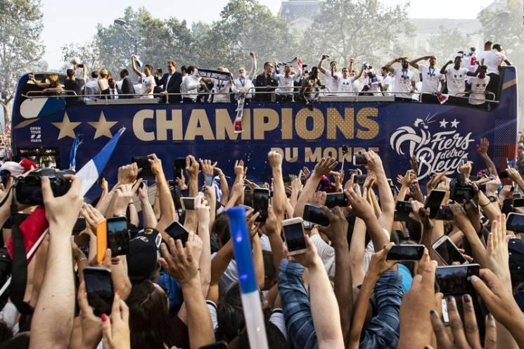 Французьке божевілля: Футболістів зустрічають в Парижі після перемоги на ЧС-2018 на Росії (ФОТОРЕПОРТАЖ)