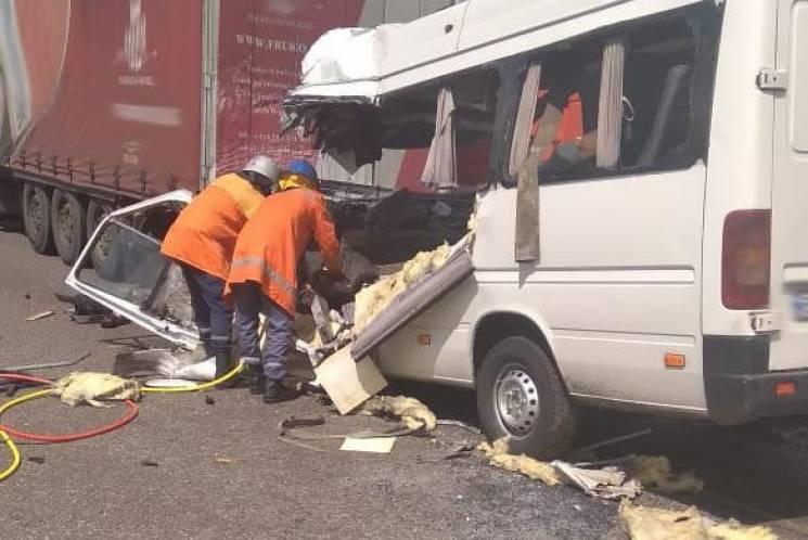 Під Житомиром вантажівка зіштовхнулася з маршруткою: 10 загиблих