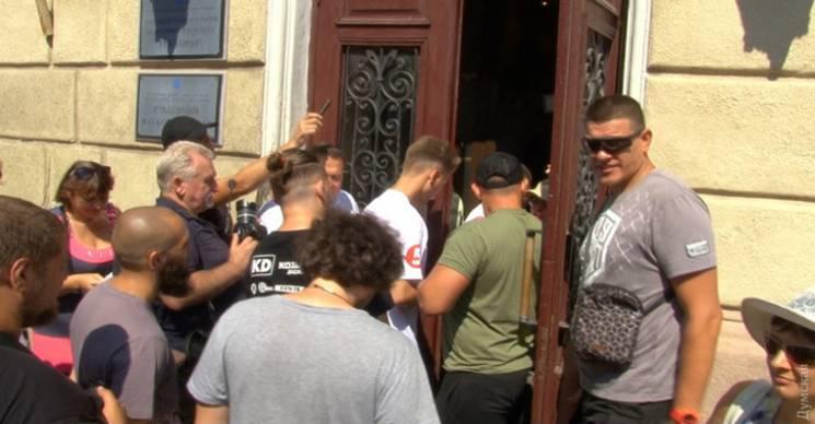 В.о. ректора Одеського медуніверситету тільки з поліцією зміг потрапити на роботу (ФОТО)