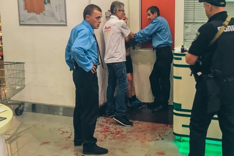 У Києві жінка порізала собі вени у гіпермаркеті через чоловіка і вкрадений рюкзак (ВІДЕО)