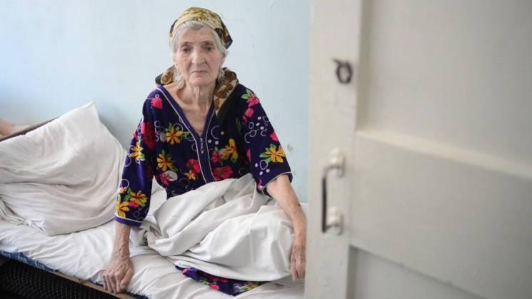 Біля Докучаєвська військові врятували від обстрілу літню жінку