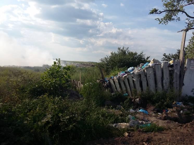 На Хмельниччині в одному з міст горить сміттєзвалище (ФОТО)