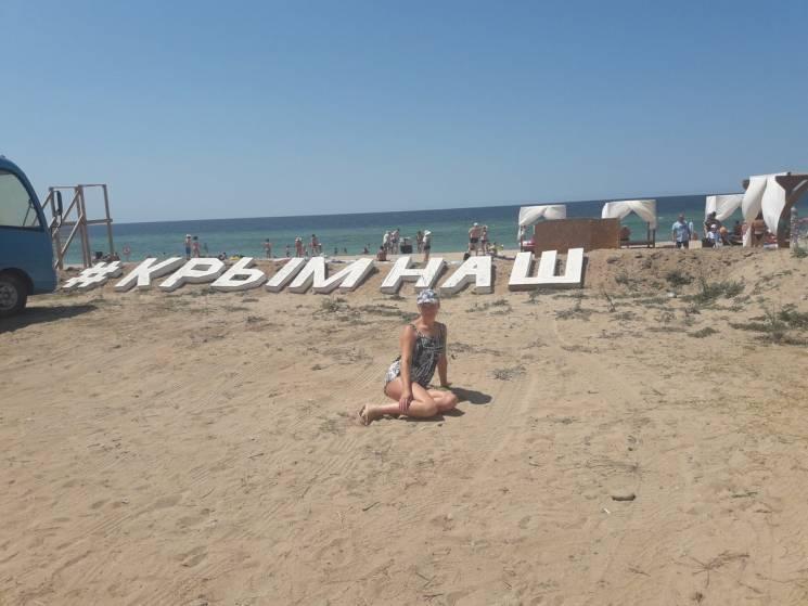 П'яні бійки серед сміття: На пустих пляжах окупованого Криму вбивають дельфінів