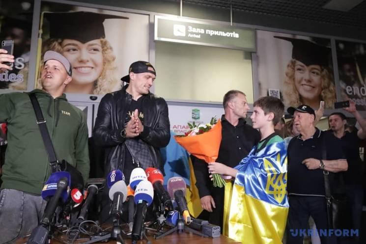 Як українці зустрічали Усика після перемоги над росіянином (ФОТО, ВІДЕО)