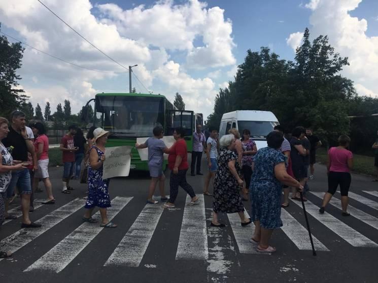 На Донеччині жителі блокували кілька доріг через відсутність води (ФОТО)