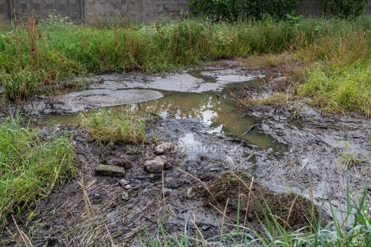 На Кропивниччині фекальні стоки залили колодязі теплотраси біля водогону (ФОТО)