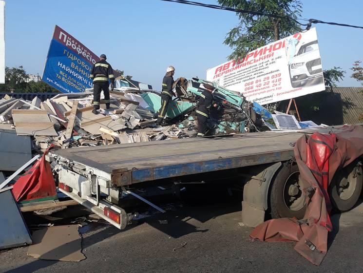 На Миколаївщині перекинулася вантажівка: Загинув пішохід (ФОТО)