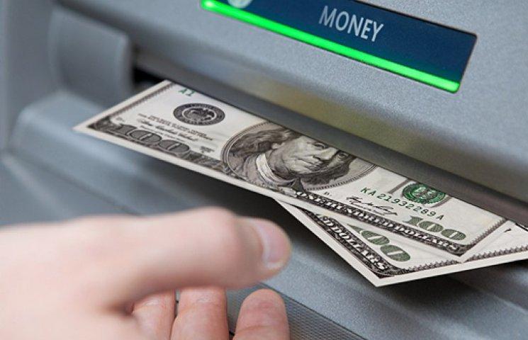 Нацбанк продлил ограничение на снятие валюты со счетов