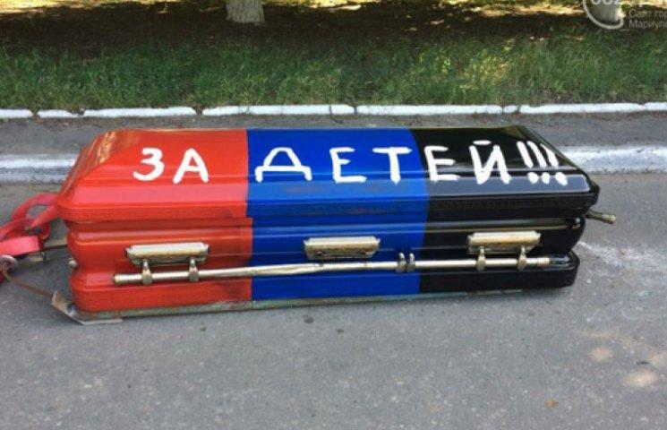Гробовщики устроили громкие похороны ДНР в центре Мариуполя