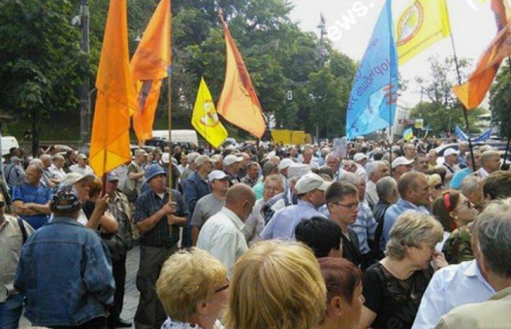 Чернобыльцы перекрыли дорогу возле Кабмина, требуя выплат