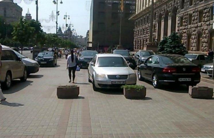 Під столичною мерією на пішохідній зоні діє VIP-парковка (ФОТОФАКТ)