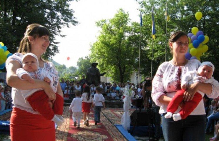 На Закарпатті відбувся парад близнюків та двійнят (ФОТО)
