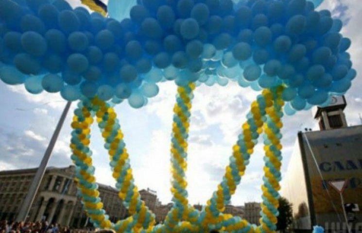 На Майдані Незалежності у небо запустили величезного тризуба (ФОТО)
