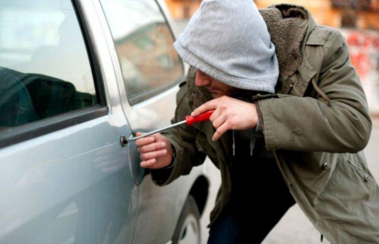 У Києві викрали автомобіль разом з дитиною у салоні