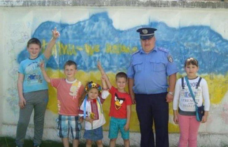Міліція Мукачева дозволила дітям розмалювати стіну (ФОТОФАКТ)
