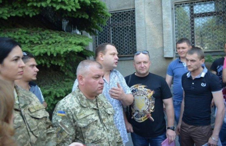 """Бійці 9-го батальйону """"воюють""""  у Вінниці під військкоматом: вимагають відпускні та оздоровчі"""