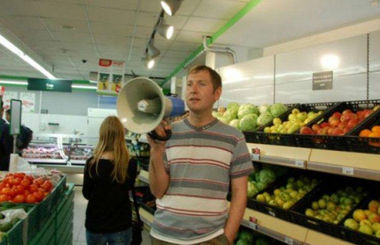 """Кияни розпочали """"голодні бунти"""" у супермаркетах (ФОТО)"""