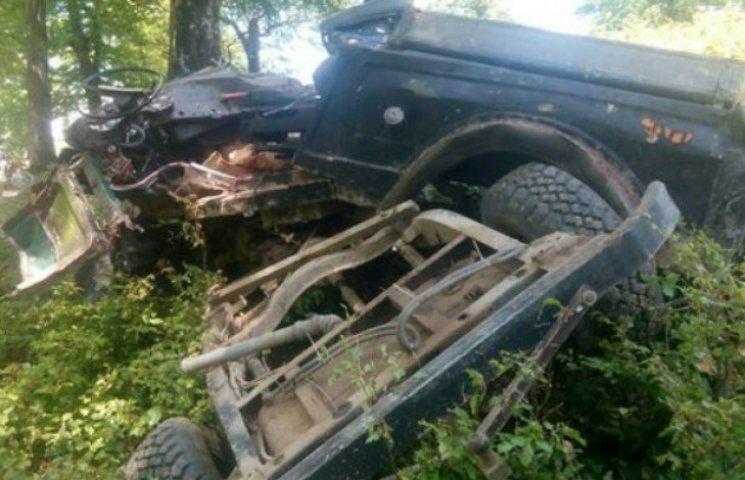 На Закарпатті автомобіль зірвався з гори…
