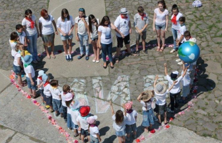 """Закарпатська малеча взяла участь у міжнародному флеш-мобі """"Діти світу за мир"""" (ФОТО)"""