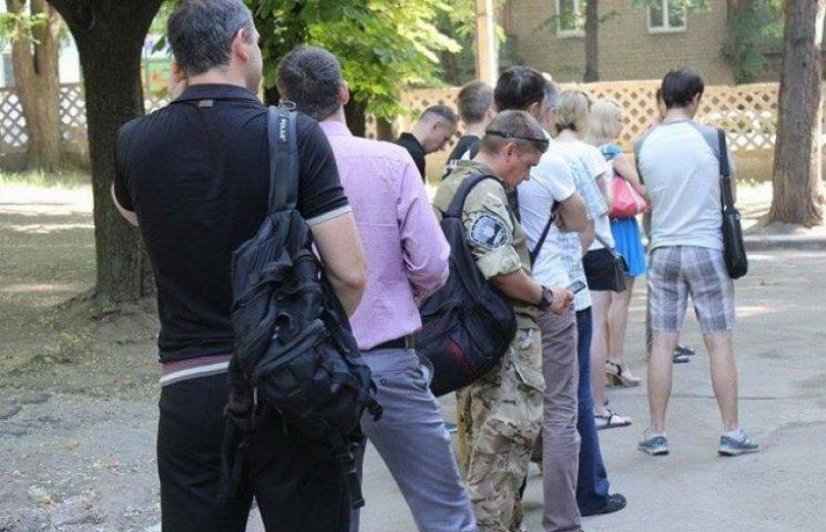 Зранку біля дніпропетровської станції переливання крові утворилася черга (ФОТО)