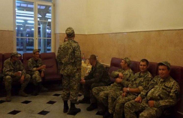 У Дніпропетровську волонтери виловлюють на вокзалі бійців АТО, щоб нагодувати і напоїти (ФОТО)