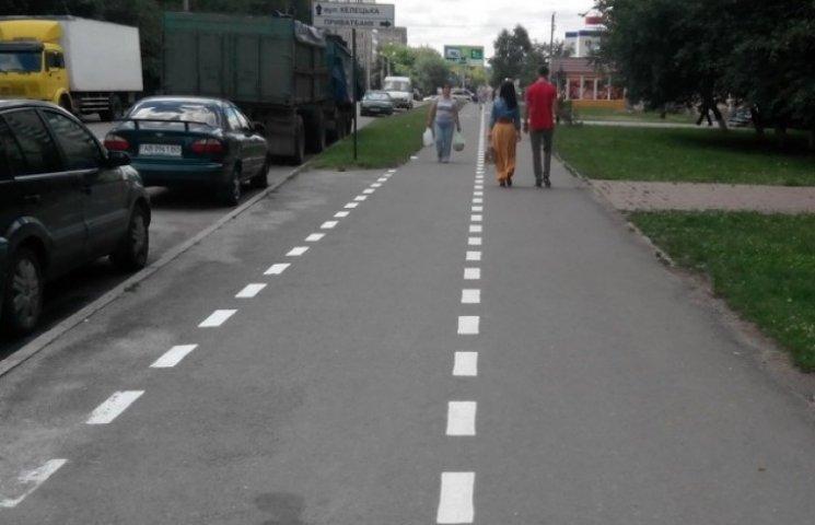 """Більше 200 вінничан """"випадково"""" пофарбували кілометр велосипедної доріжки"""