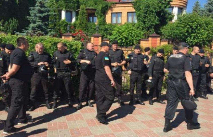 На столичній Оболоні продовжуються сутички між правоохоронцями та молодиками у масках (ФОТО) ОНОВЛЕНО