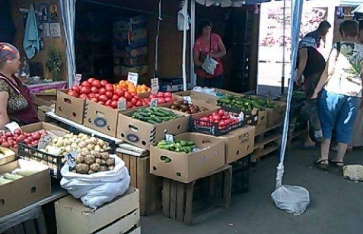 Фермери завалили столицю дешевими овочами і ягодами