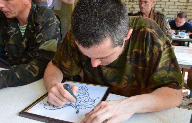 Як у Сєвєродонецьку бійців вчать не боятися жителів, малювати вітражі і показують мультики (ФОТО)