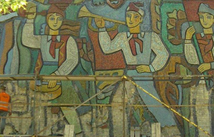 Декомунізація в дії: У столиці почали знімати мозаїчних піонерів зі стін шкіл (ФОТОФАКТ)