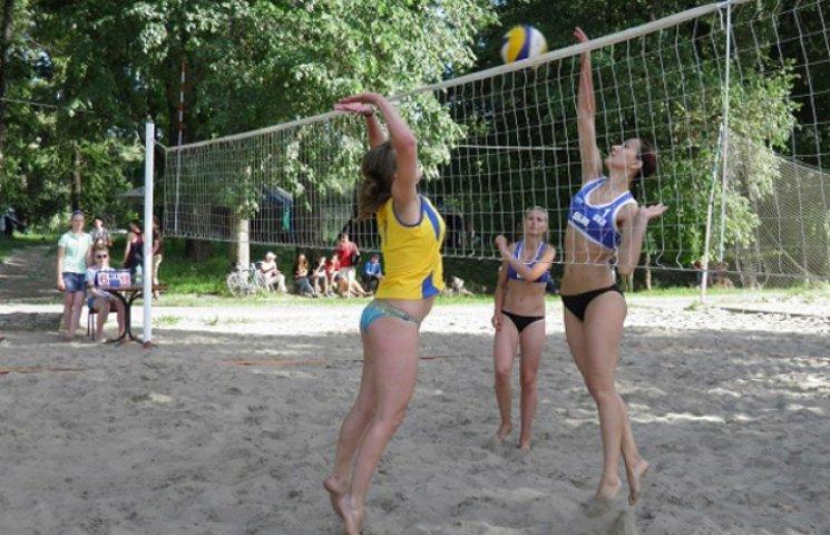 Cумські студенти змагалися з пляжного волейболу (ФОТОФАКТ)